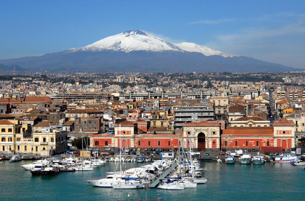 cosa fare in sicilia: Veduta dell'Etna innevata dal porto di Catania