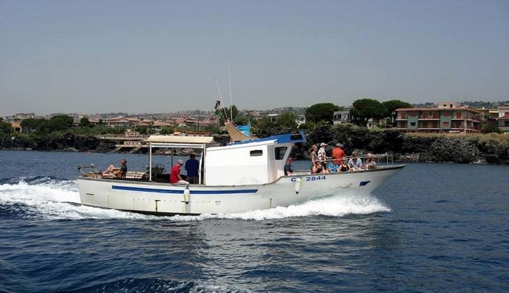 Pesca turismo sicilia pescare a catania con skipper esperto for Barca a vapore per barche da pesca